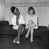 Cilla Black and Dionne Warwick, 1964 Fotografisk tryk af Alisdair Macdonald