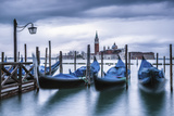 Italy, Veneto, Venice. Gondolas at Dawn with San Giorgio Maggiore Church on the Background. Impressão fotográfica por  ClickAlps