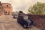Glimpse of Spello with Vintage Cars in the Foreground, Spello, Perugia District, Umbria, Italy Impressão fotográfica por  ClickAlps