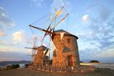 Windmills of Chora, Patmos, Dodecanese, Greek Islands, Greece, Europe Fotografisk tryk af Neil Farrin