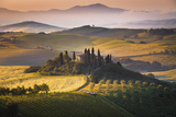 Podere Belvedere, San Quirico D'Orcia, Tuscany, Italy. Sunrise over the Farmhouse and the Hills. Fotografisk trykk av  ClickAlps