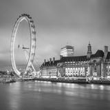 London Eye (Millennium Wheel) and Former County Hall, South Bank, London, England Fotografisk trykk av Jon Arnold