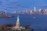 Statue of Liberty Jersey City and Lower Manhattan, New York City, New York, USA Fotografisk trykk av Jon Arnold
