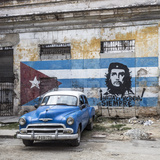 Classic American Car and Cuban Flag, Habana Vieja, Havana, Cuba Fotografisk trykk av Jon Arnold