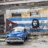 Classic American Car and Cuban Flag, Habana Vieja, Havana, Cuba Fotografie-Druck von Jon Arnold