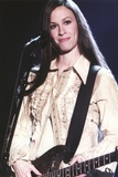 Alanis Morissette Playing Guitar in Coat Foto av  Movie Star News