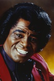James Brown Portrait in Red Linen Suit and Black Collar Shirt Foto af  Movie Star News