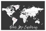 """Planisfero con sfondo nero, """"Never stop exploring"""" (non smettere mai di esplorare) Stampe di Rebecca Peragine"""