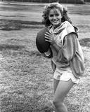 Elizabeth Shue Holding Football in Classic Foto af  Movie Star News
