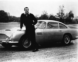 Goldfinger Bond Leaning on Car wearing Black Long Sleeves Photographie par  Movie Star News
