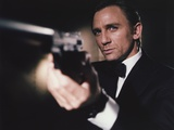 Daniel Craig Firing Pistol in Black Tuxedo Foto von  Movie Star News