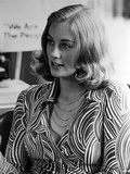 Cybill Shepherd Looking Away in Printed Dress Portrait Foto af  Movie Star News