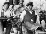 Marlon Brando Seated with a Man Holding a Gun Fotografia por  Movie Star News