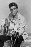 Elvis Presley Playing Guitar and Seated in Black and White Foto von  Movie Star News