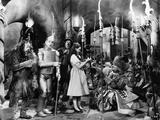 Wizard Of Oz Group Cast Talking in Movie Scene Fotografía por  Movie Star News