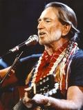 Willie Nelson Playing Guitar in Black Shirt Foto von  Movie Star News