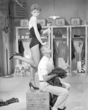 Damn Yankees Cast Gwen Verdon on Top of a Box with Tub Hunter Foto av  Movie Star News