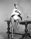 Angie Dickinson sitting on Table in Sexy Outfit Black and White Fotografia por  Movie Star News