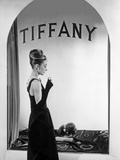 Audrey Hepburn Publicity Still in Front of Tiffany's Window Foto van  Movie Star News