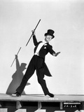 Fred Astaire Dancing in Tuxedo and Top Hat in Black and White Foto av E Bachrach