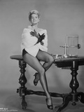 Angie Dickinson sitting on Table in Sexy Outfit with White Coat Fotografia por  Movie Star News