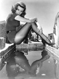 Angie Dickinso sitting in Sexy Outfit Black and White Fotografia por  Movie Star News