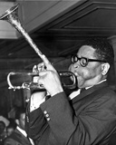 Dizzy Gillespie in Black Suit With Trumpet Photographie par  Movie Star News
