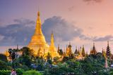 Yangon, Myanmar View of Shwedagon Pagoda at Dusk. Reproduction photographique par  SeanPavonePhoto