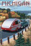 Michigan - Retro Camper on Road 高品質プリント : ランターン・プレス