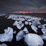 Ice Chunks on the Beach Near Glacial River Lagoon Jškuls‡rlon (Lake), …raefajškull (Volcano Fotografie-Druck von Rainer Mirau