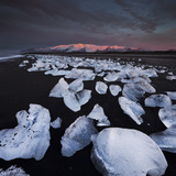 Ice Chunks on the Beach Near Glacial River Lagoon Jškuls‡rlon (Lake), …raefajškull (Volcano Lámina fotográfica por Rainer Mirau