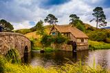 The Mill, Hobbiton, North Island, New Zealand, Pacific Fotografisk trykk av Laura Grier