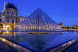 The Louvre Pyramid and Palace Reflected in a Still Pool Within the Napoleon Courtyard at Twilight Fotografie-Druck von Garry Ridsdale