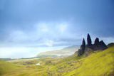 Uk, Scotland, Inner Hebrides, Isle of Skye. the Old Man of Storr in Dramatic Weather. Fotografisk trykk av Ken Scicluna