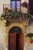 Balcony Flowers and Doorway in Pienza Tuscany Italy Foto von Julian Castle