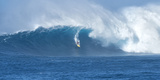 Surfer Riding a Maverick Wave on the North Shore of Maui Fotografisk tryk af Chad Copeland