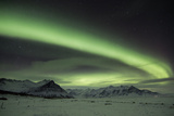 The Aurora Borealis in Iceland with Mountains in the Background Impressão fotográfica por Alex Saberi