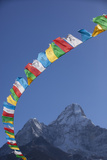 Prayer Flags Frame Ama Dablam Mountain in the Khumbu Valley, Nepal Fotografisk tryk af John Burcham
