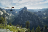 Hang Glider Flying over the Half Dome Mountain and Yosemite Valley Lámina fotográfica por Chad Copeland
