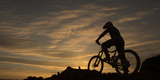 Silhouette of a Mountain Biker at Sunset Fotografisk tryk af Chad Copeland