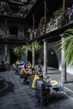 Cafe in Quito, the Capital of Ecuador Reproduction photographique par Jad Davenport