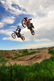 Two Riders Jump in Unison at a Motocross Event 写真プリント : Keith Ladzinski