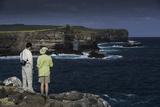 Tourists Looking at the Sea Cliffs of Espanola Island Reproduction photographique par Jad Davenport
