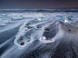 Blocks of Ice on the Black Sand Beach in Southern Iceland Impressão fotográfica por Alex Saberi