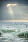 Sun Rays Break Through the Clouds over the Pacific on the West Shore of Molokai, Hawaii Reproducción de lámina sobre lienzo por Jonathan Kingston