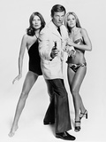 Roger Moore, Britt Ekland, Maud Adams, The 007, James Bond: Man with the Golden Gun,1974 Impressão fotográfica