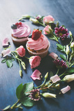 Strawberry Cupcakes with Flowers Reproduction photographique par Dina Belenko
