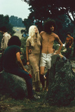 A Couple Stand Together at the Woodstock Music and Arts Fair, Bethel, New York, August 1969 Fotografisk trykk av John Dominis