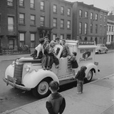 Children Sit on the Ice Cream Truck in Brooklyn Impressão fotográfica por Ralph Morse