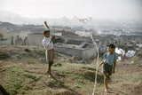 Young Boys Flying Kites in Durban, Africa 1960 Fotografie-Druck von Grey Villet